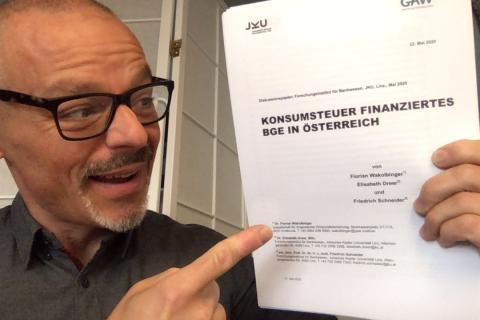 Foto 22.05.20 Helmo Pape hält Ausdruck Titelseite der JKU GAW Basisstudie Konsumsteuer Finanziertes BGE in Österreich.jpg