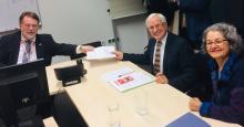 Klaus Sambor und Ingrid Farag reichen das Volksbegehren zum Grundeinkommen ein